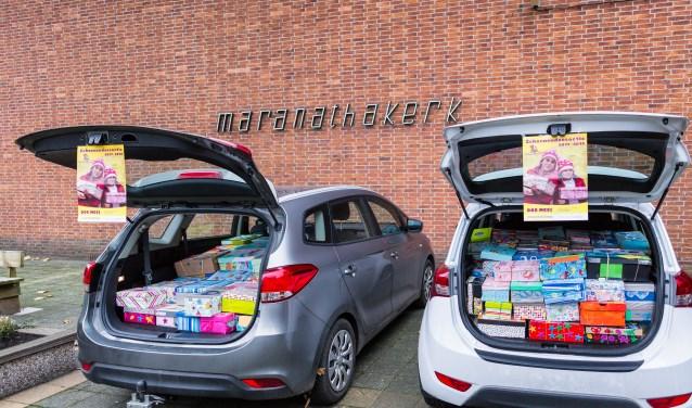 Koffers vol schoenendozen voor Moldavië.