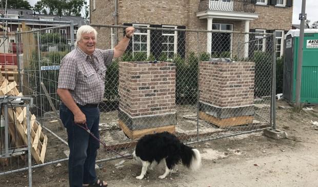 Een juichende Joop Tournier laat zien hoe er gebouwd kan worden. Foto's: Lydia van Haasteren