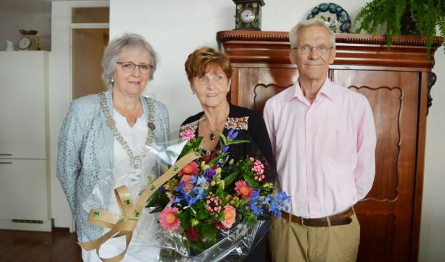Burgemeester Attema zette het echtpaar Van Luik in de bloemen