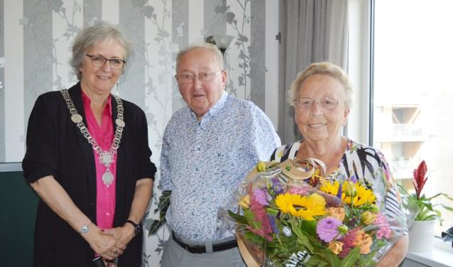 Felicitaties van de burgemeester voor het echtpaar Den Boer