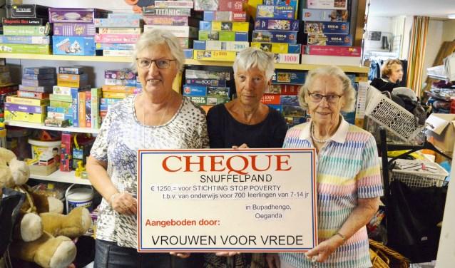 In het Snuffelpand werd de cheque voor Stop Poverty gespresenteerd