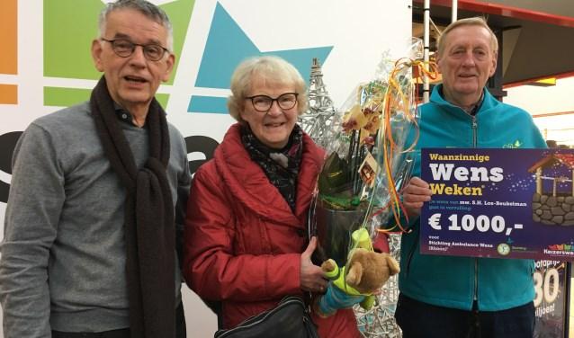 V.l.n.r.: Jur van Rietschoten (voorzitter winkeliersvereniging Keizerswaard), mevrouw Los-Beukelman en Dirk van de Zee (Stichting Ambulance Wens). Foto: Commascom.