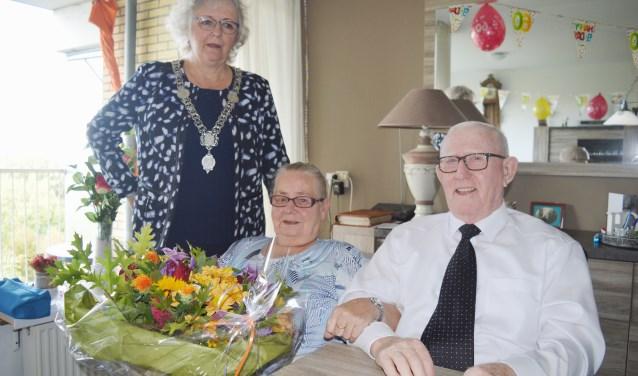 Burgemeester Attama zette het echtpaar Van der Elst in de bloemen