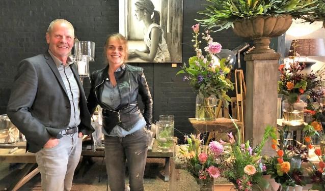 Jaap en Suze in de winkel, voor een van de werken die zaterdag te zien is.