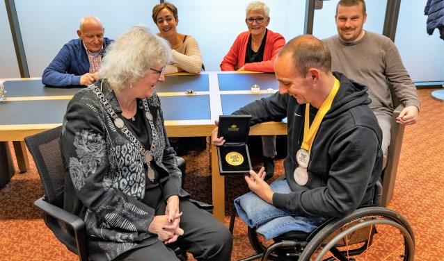 Bewondering voor de medailles van Ronald van Dort