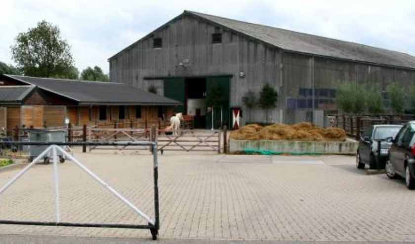 De paardenloods met asbestplaten mag er in 2024 niet meer staan