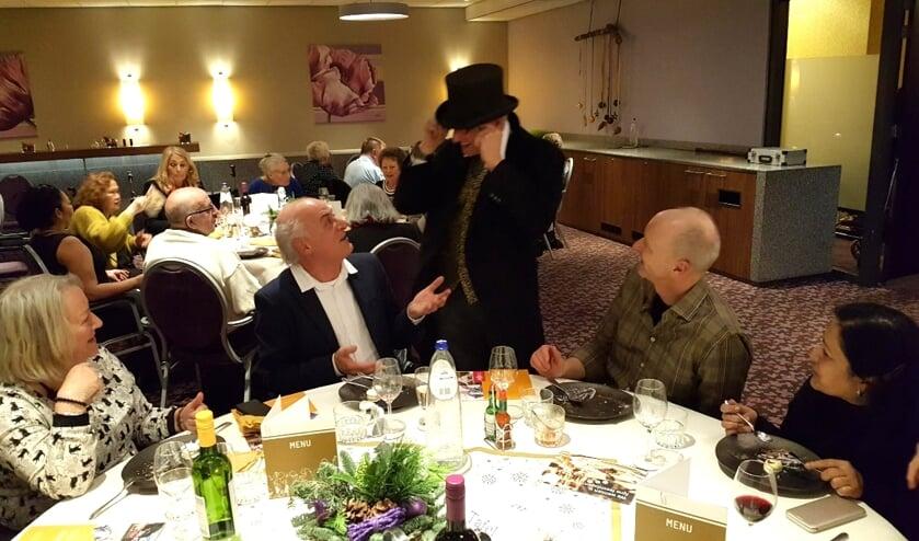 Ook een tafelgoochelaar verraste de senioren
