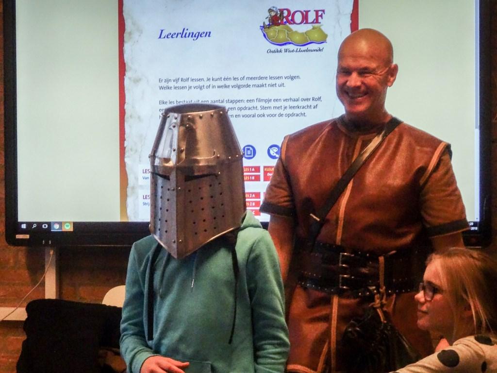 Veel belangstelling voor Biggo's maliënkolder, zwaard en helm.  © Baruitgeverij