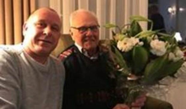 Penningmeester Michel Legerstee huldigt jubilaris Ab Pors.