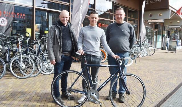 Luca Bouwmeister met sponsors Ronald Plaisier en Henk Rijploeg