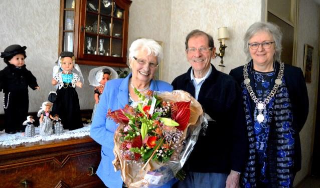 Burgemeester Attema zette het echtpaar Voshol in de bloemen