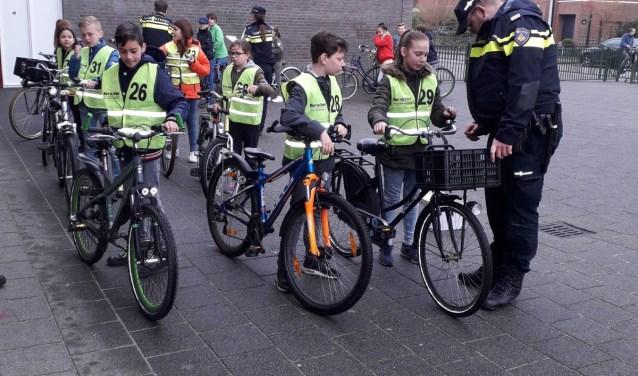 De politie controleerde eerst de fietsen.