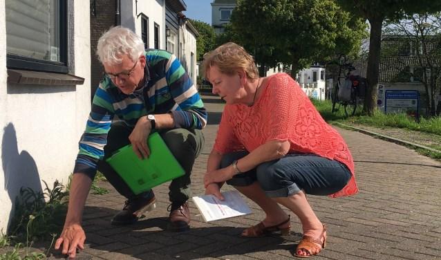 Herman van Beek (St.Stolpersteine Ridderkerk) en Alie Tas (Historisch Genootschap) bij de Stolpersteine in Oostendam