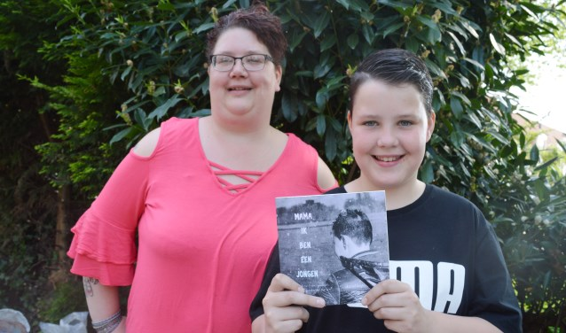 """Astrid Seip en Kay met het boek """"Mama, ik ben een jongen"""""""