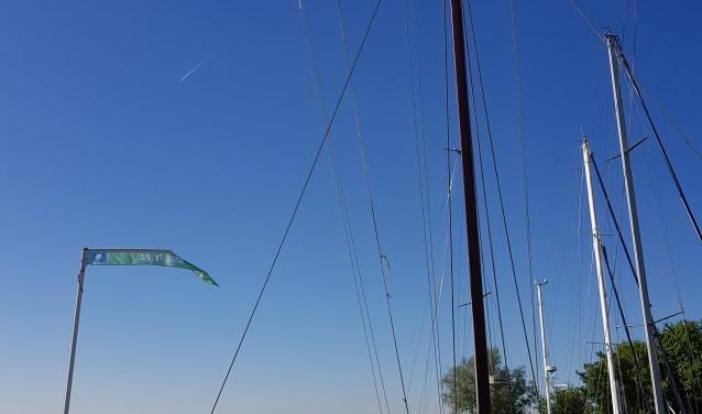 In Rhoon prijkt de Blauwe Vlag weer in de haven.