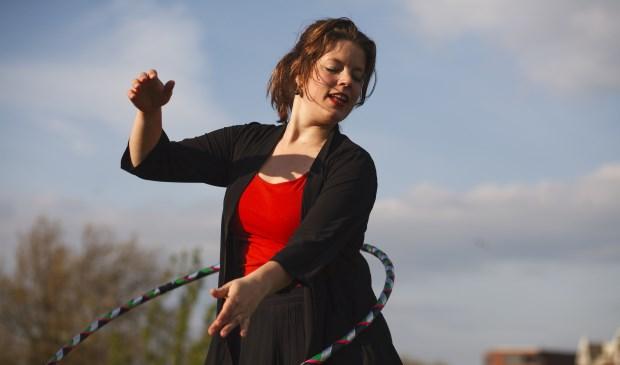 Juliette Barzilaij aan het werk met de hoepel. Foto: Juliette Barzilaij.