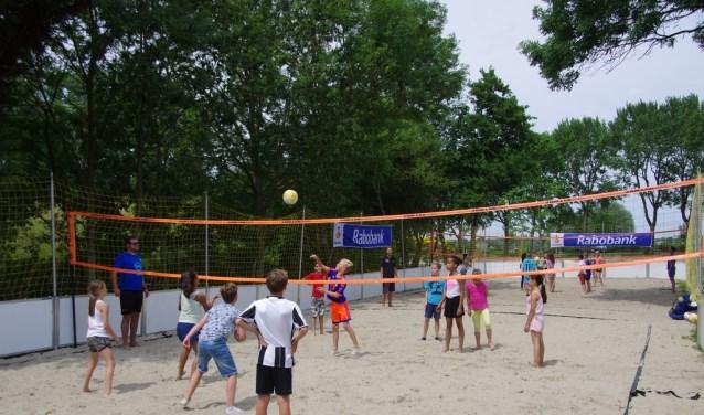 Jongeren komen weer volleyballen op het zand. Archieffoto: John Edison.