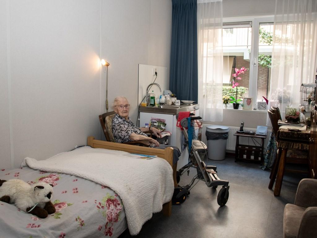 Mevrouw Ketting in haar kamer.  © Baruitgeverij