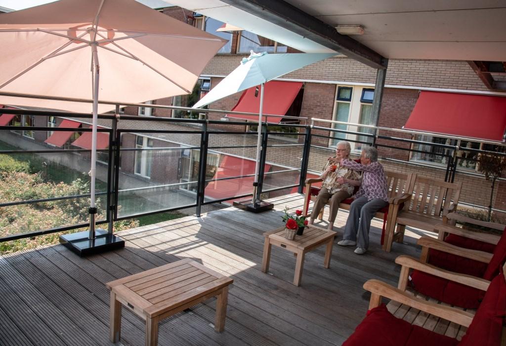 Nieuwe parasols zorgen voor schaduw op het terras van Borgstede.  © Baruitgeverij