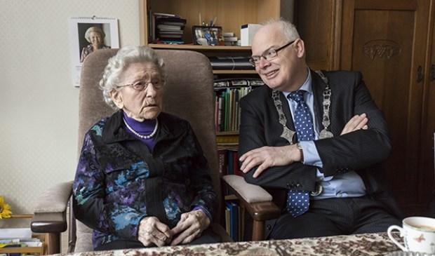 Burgemeester Van Belzen op bezoek bij de jarige tante Fijgh.
