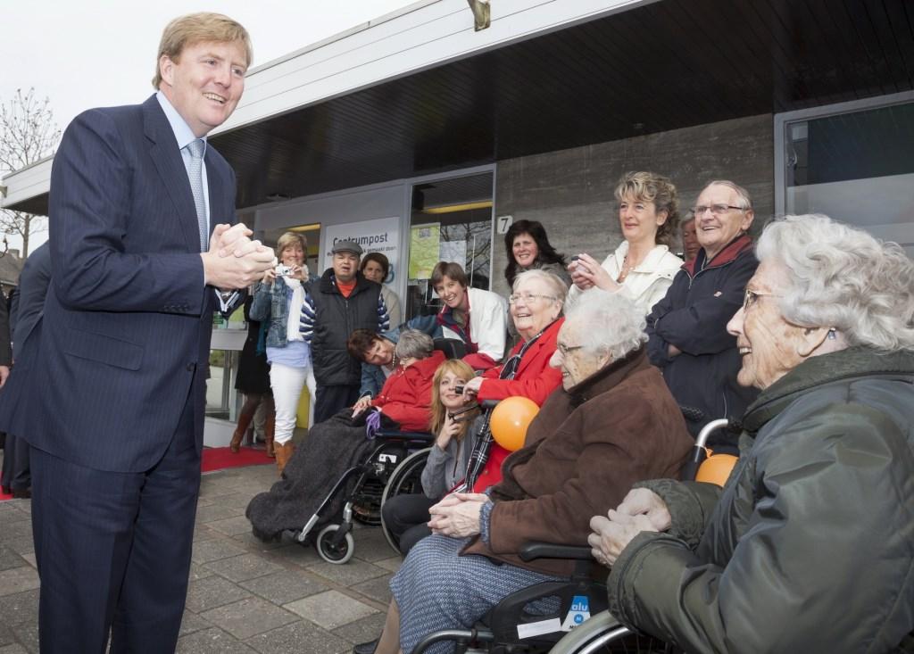 Een hoogtepunt voor tante Fijgh (geheel rechts) in 2012: kroonprins Willem Alexander in Barendrecht.  © Baruitgeverij