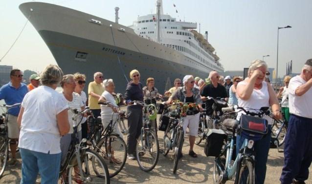 """De fietsclub bij een stop bij """"de Rotterdam"""""""