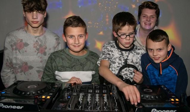 De jongeren poseren trots achter de   professionele dj set.