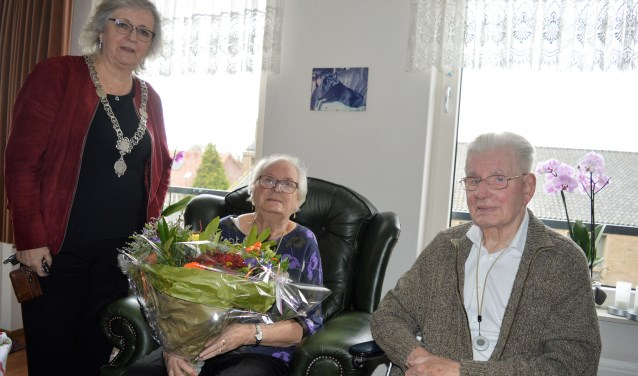 Burgemeester Attema zette het echtpaar Feenstra in de bloemen