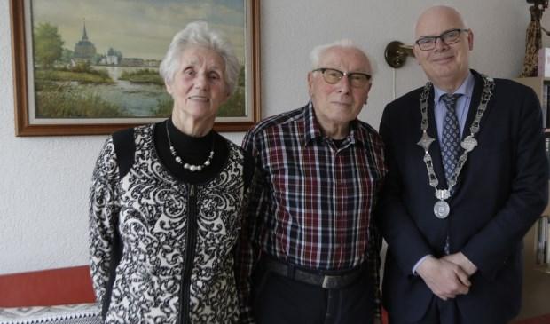Echtpaar Van Krimpen-Le Roux met burgemeester Van Belzen. Op de achtergrond Kampen.
