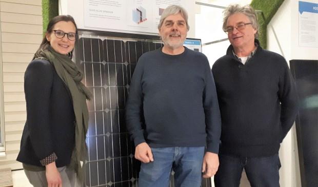 Jory Rombouts van de gemeente Albrandswaard met Cock Huizer en Floor van der Kemp van Stichting EnergieCollectief Albrandswaard tijdens de inwonersbijeenkomst 31 januari.