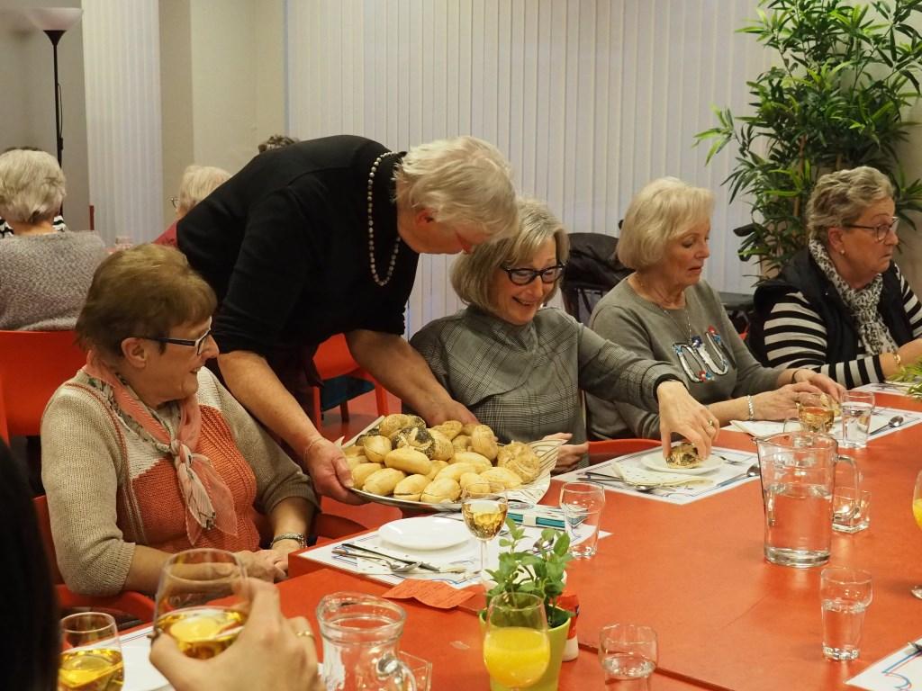 Het eten wordt geserveerd door de vrijwilligers.  © Baruitgeverij