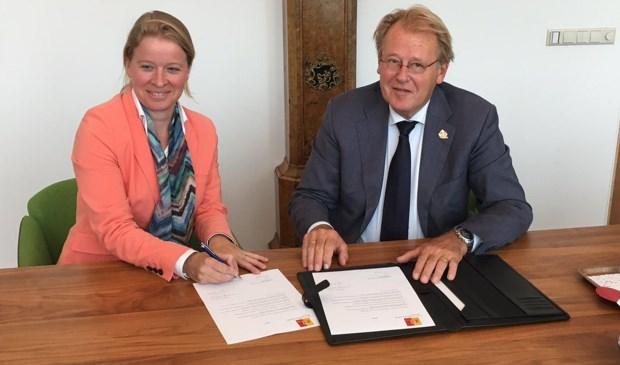 Ingrid de Bondt bij haar beëdiging door Commissaris van de Koning Jaap Smit.