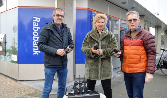 Namens hetvCoöperatie Fonds de Rabobank overhandigde Anje de Geus de portofoons aan Gerard Sluimers en Denny Nugteren