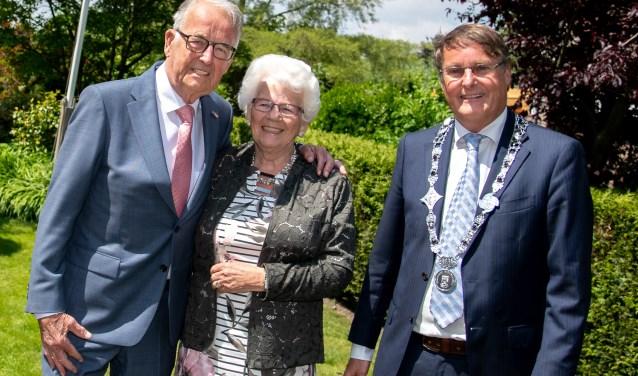 Loco burgemeester Peter Luijendijk kwam het bruidspaar namens de gemeente feliciteren.