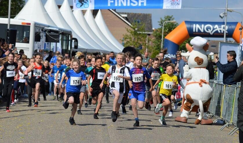 De start van de Kleine Kraaienloop. Winnaar Finn Heuving (nr. 246) begon rustig