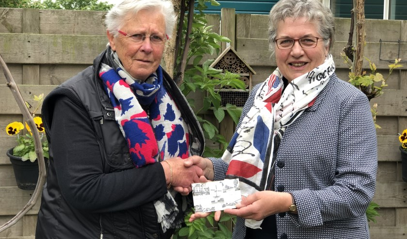 Ria Hahn (links) en Bertie Barendregt met de kaart die 59 jaar spoortloos is geweest.