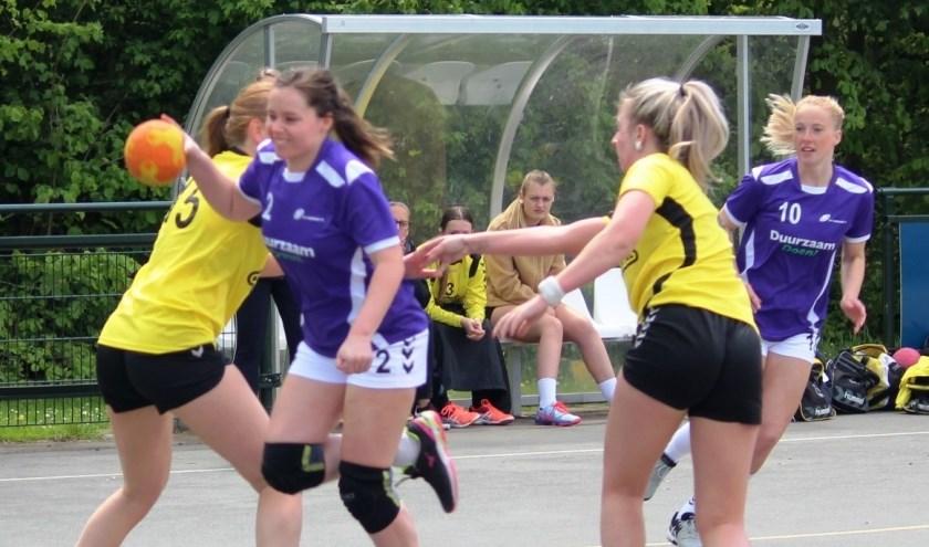 Kirsten Heijboer in de aanval, Romy Muller kijkt toe. (foto Ruud de Jong)