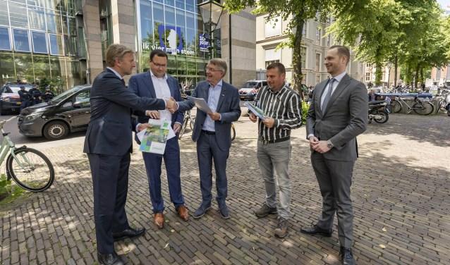 Drie Ridderkerkse wethouders met de Kamerleden Maurits von Martels (CDA) en Rutger Schonis (D66)