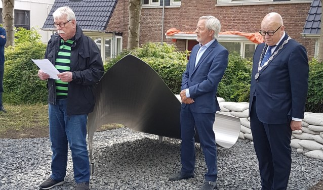 Burgmeester Hans Wagner onthulde het monument aan de Essendijk.