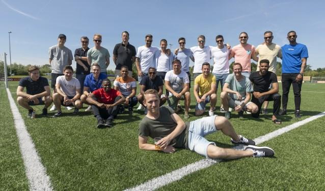 Jeffrey van Velzen met zijn voetbalvrienden.