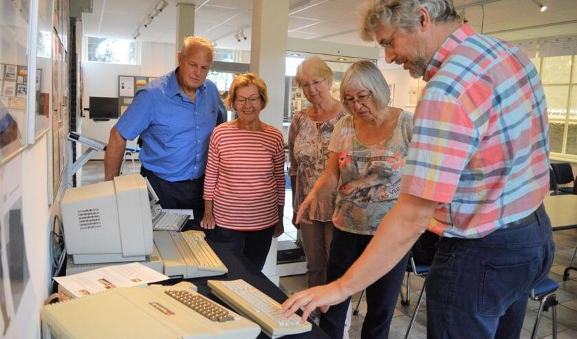 Kees Alderliesten bij zijn computers met (v.l.n.r.) Aad Kress, Kathy van Helvoort, Nellie Broekhuizen en Els de Winter