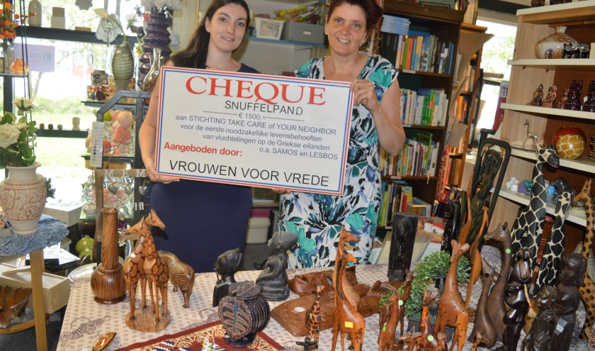 Leanne van Spronsen-Monster nam de cheque van het Snuffelpand in ontvangst