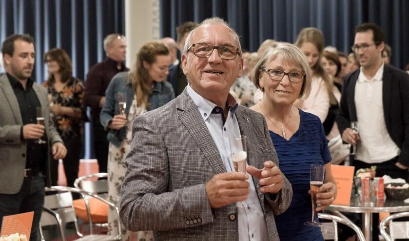 Peter Timmers en zijn vrouw Ans drinken er een glaasje op tijdens de afscheidsreceptie.