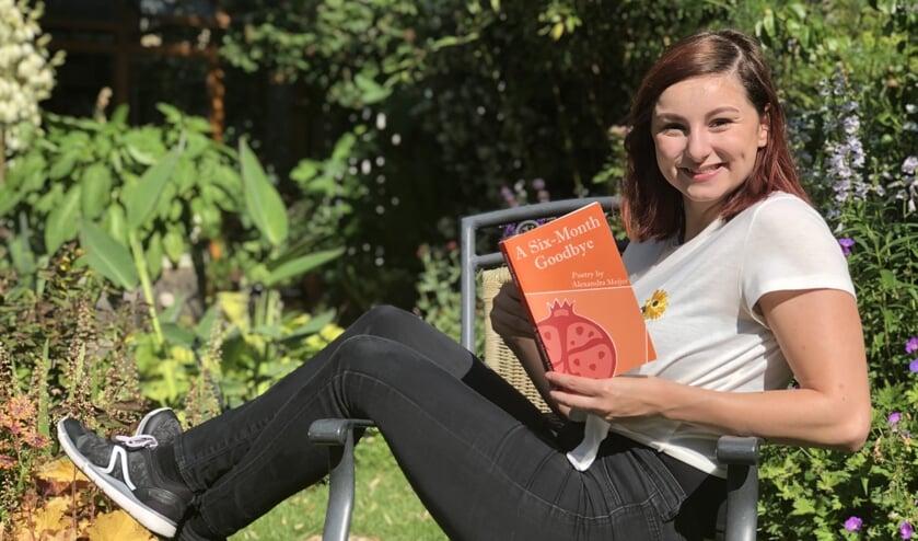Alexandra Meijer met haar eerste dichtbundel.