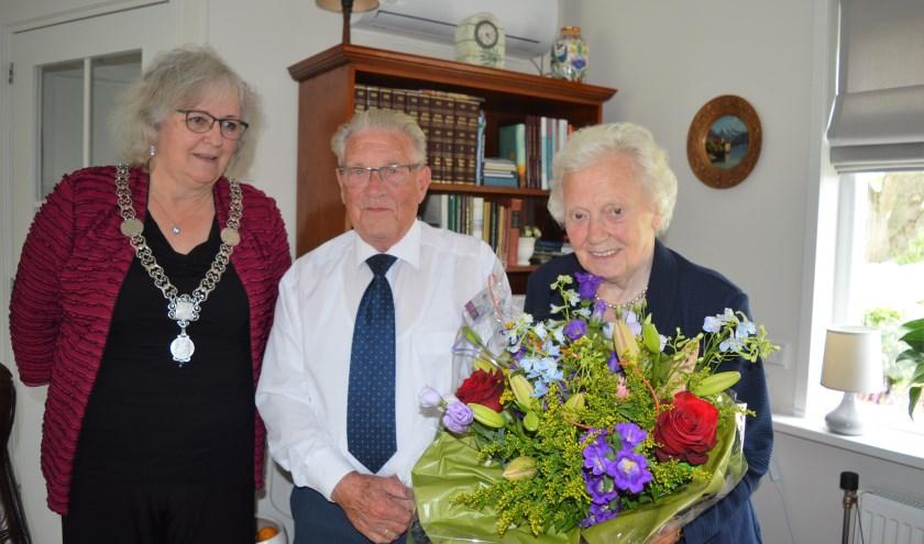 Burgemeester Attema zette het echtpaar Rijsdijk in de bloemen