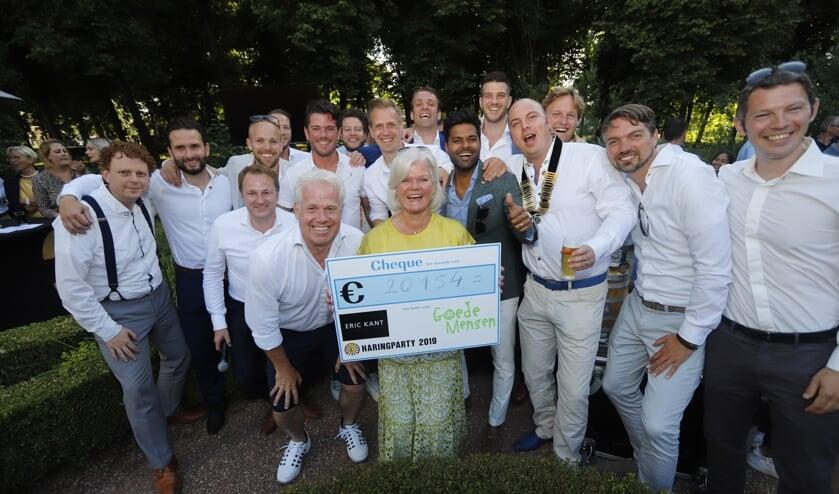 Stichting Goede Mensen was ontzettend blij met de cheque die ze ontvingen.