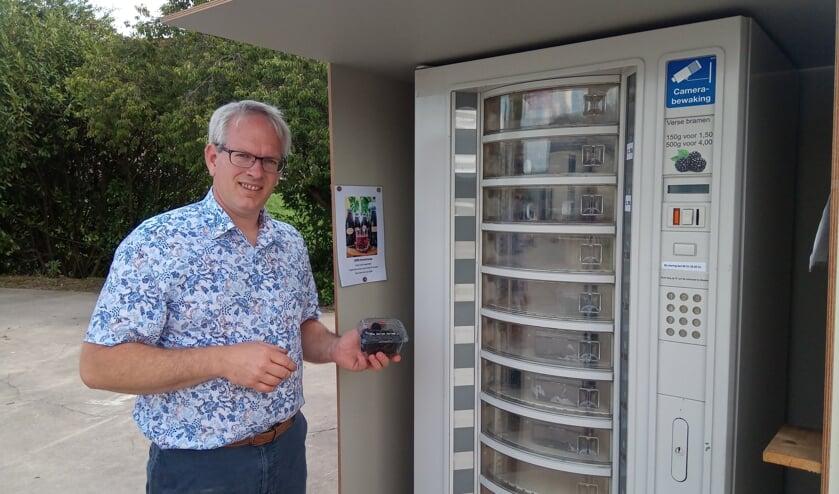 Albert-Jan van den Berg bij zijn bramenautomaat aan de Pruimendijk in Rijsoord
