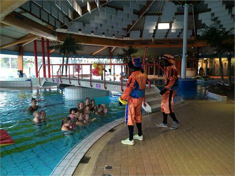 Zwembad De Fakkel : Pieten geven zwemles de combinatie ridderkerk