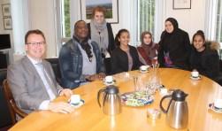 Jongerenwerker Didi Muhiha ging met collega Dominique en vier jongeren op de thee bij de burgemeester om bij te praten en kennis te maken. Foto: Lysette Verwegen