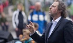 """Dirigent Michel de Valk in opperste concentratie. """"Maar als ik van de bok afstap ben ik weer gewoon Michel."""" Foto: Peter Vos"""